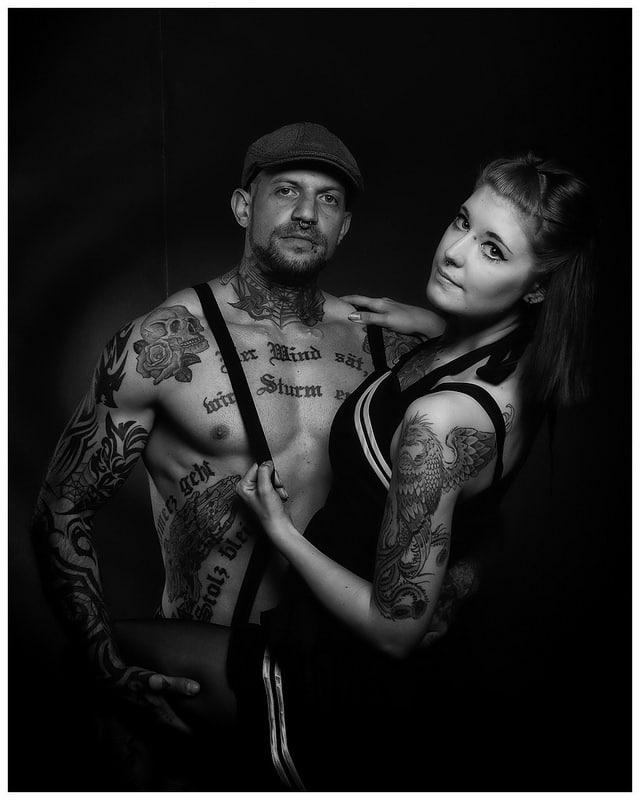 Paar - Fotoshooting, Fotoshooting für Paare, GUTSCHEIN, Dessous, Unterwäsche, Poster Art, Pin-Up, PnUp, Pin-Up Fotoshooting, Retro, Vintage, 50s, 50r, 60s, 60r, 70s, 70r, Oldschool, Bildbearbeitung, Porträt, Portrait, Tattoos, Sexy, Akt, Teilakt